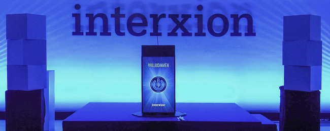 Eventstand in blauem Licht von interxion