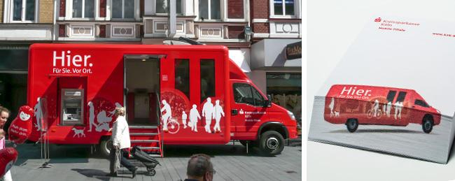 Zwei Bilder: Links sieht man einen beklebten Bus in der Stadt, der als Mobile Filiale fungiert. Rechts sieht man das dazugehörige Mailing.