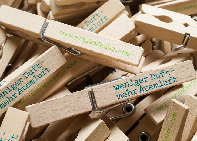 Werbemittel in Form von Holzwäscheklammern mit Slogan oder Internetadresse drauf. Gestaltet von der kggk.