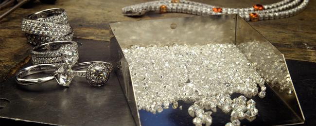 Verschiedene Ringe und Diamanten bei einem Shooting des Juweliers Rüschenbeck.